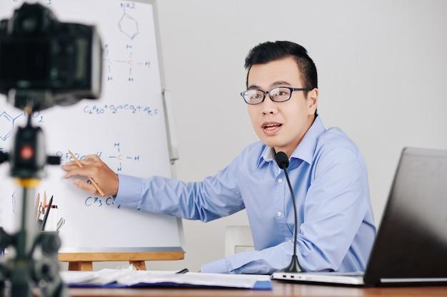 Insegnante che registra lezione di chimica