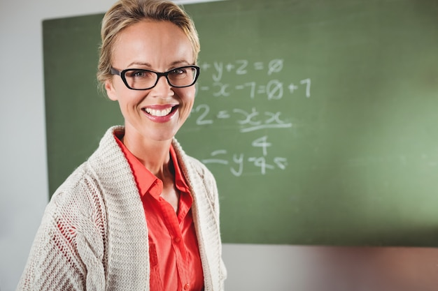 Insegnante in piedi davanti alla lavagna