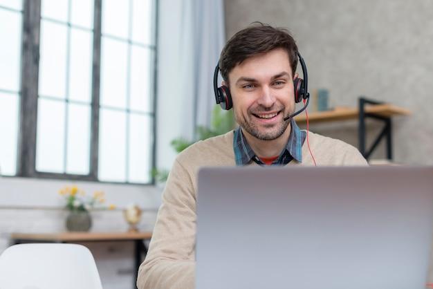 Insegnante che parla con i suoi studenti dal computer portatile