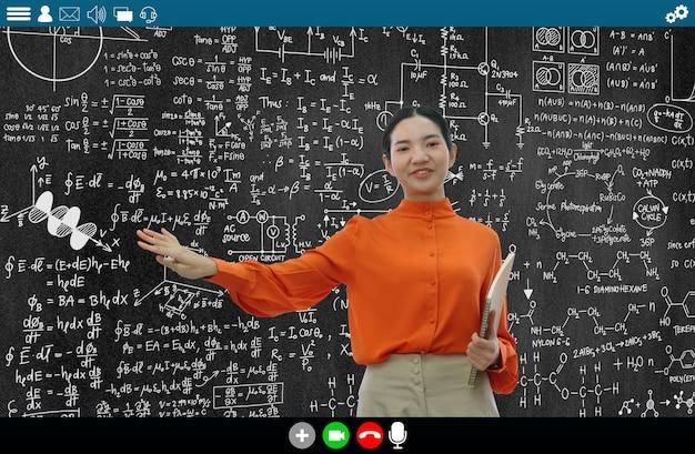 L'insegnante insegna lezione su e-learning e app di formazione online per studenti a distanza