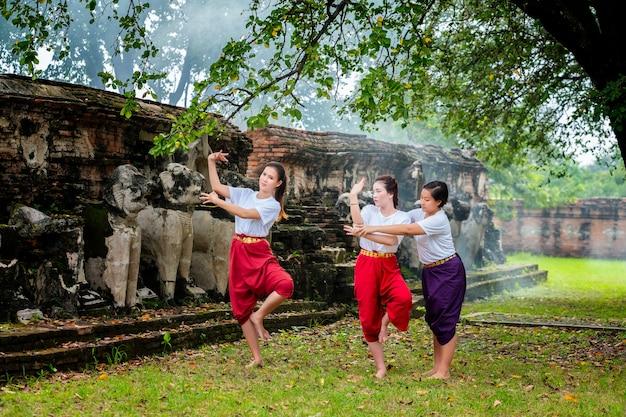 L'insegnante che prepara due belle ragazze ballano lo spettacolo tailandese tailandese di khon è una forma di arte principale di tailandese