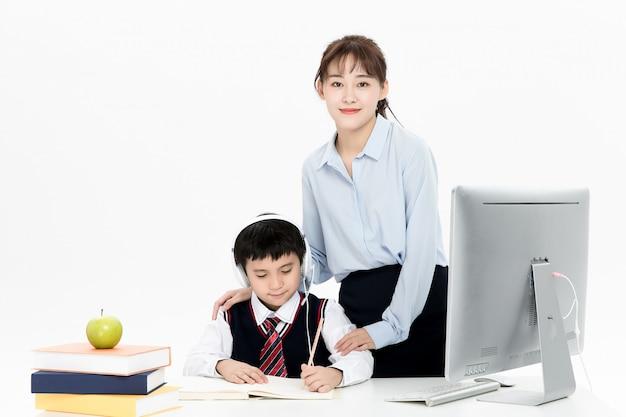Insegnante che tutorizza l'istruzione online dei bambini