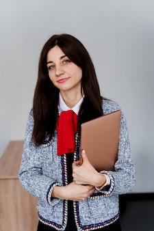 Insegnante con laptop. . studio privato di una scuola straniera con una studentessa. l'insegnante spiega la grammatica della lingua madre utilizzando il laptop.