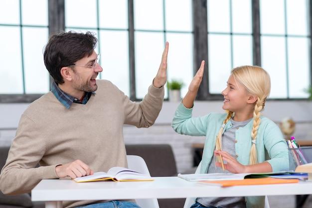 Insegnante e giovane studente sono allegri