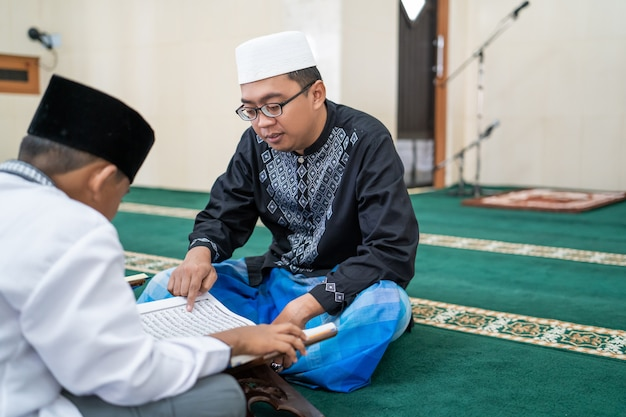Insegnare ai bambini musulmani a leggere il corano