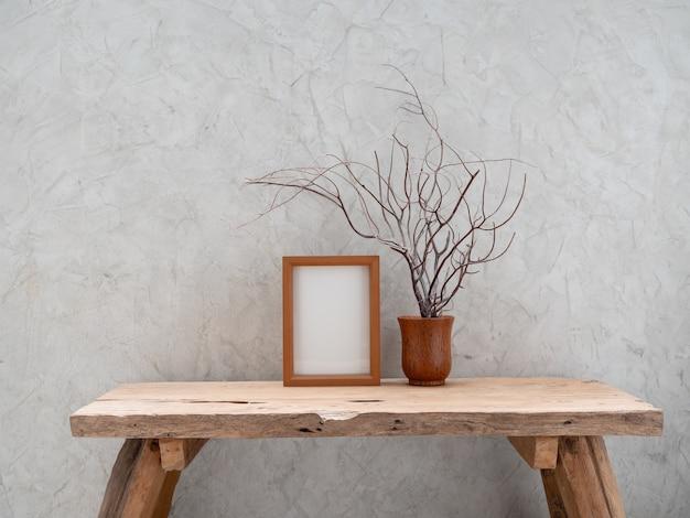 Cornice in legno di teak mock up e corallo in vaso di cocco sulla tavola di legno