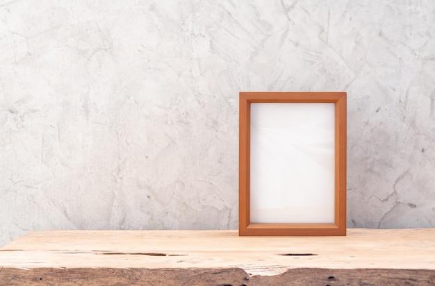 Cornice in legno di teak mock up sul tavolo con muro di cemento soppalco