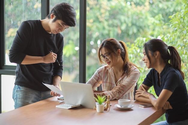 Team di analisti aziendali che discutono del rapporto finanziario nella sala riunioni per i contenuti aziendali