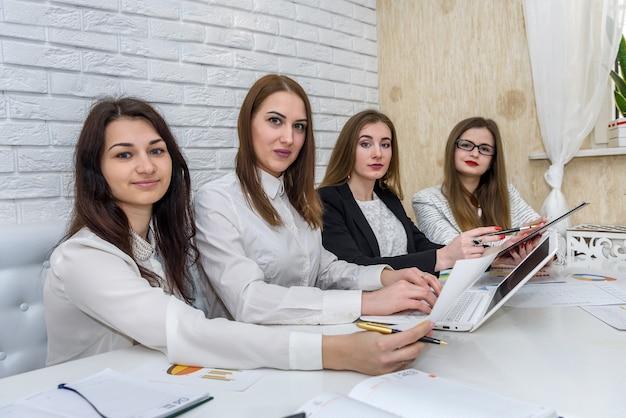 Team di analisti aziendali che lavorano con grafici aziendali Foto Premium