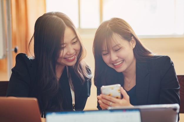 Team di riunioni aziendali aziendali in un ufficio moderno per l'analisi del rapporto finanziario aziendale