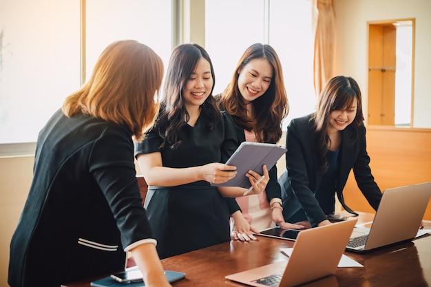 Team di riunioni aziendali aziendali in un ufficio moderno per l'analisi del piano finanziario
