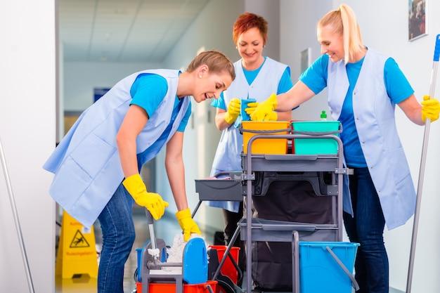 Squadra di donne delle pulizie che lavorano