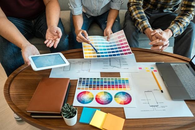 Team di designer creativi che pianificano, disegnano