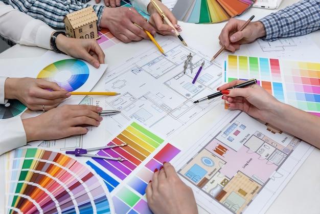 Team di designer creativi che discutono del campione di colore