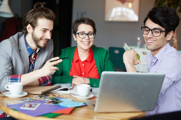 Squadra di persone creative che lavorano in riunione