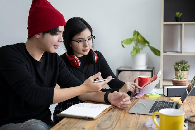 Team di designer che discutono del progetto insieme nel loro ufficio.