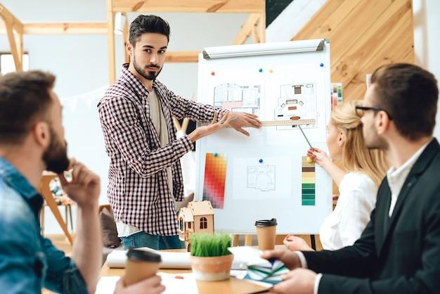 Team di architetti designer che guardano la presentazione Foto Premium