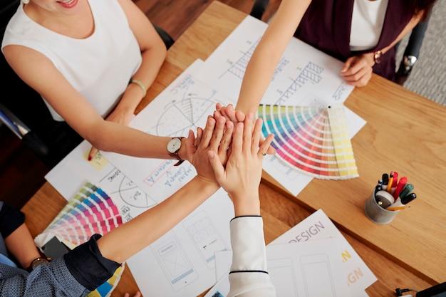 Team di designer che lavorano alla riunione