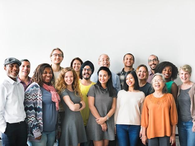 Un team di persone diverse che fanno una foto di gruppo