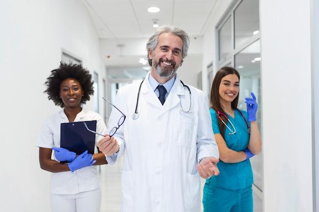 Team di medico e infermiere in ospedale. concetto di sanità e medicina.