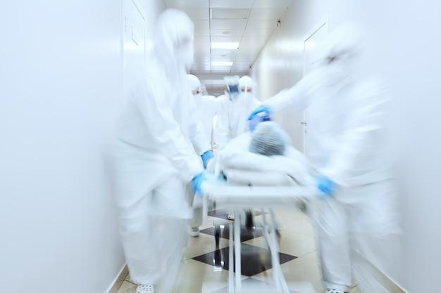 Team di medici che effettuano la rianimazione a un paziente di sesso maschile al pronto soccorso