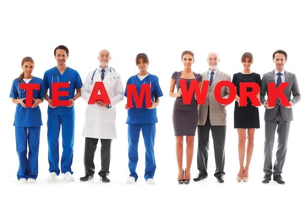 Team di medici isolati su sfondo bianco