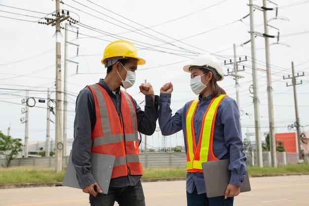 Il team di ingegneri elettrici controlla la qualità dell'installazione dei pali ad alta tensione