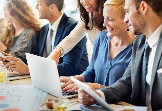 Concetto del posto di lavoro di discussione corporativa di team engineering Foto Premium