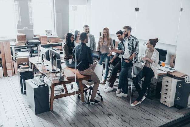 Squadra di innovatori. riunione del team aziendale in ufficio