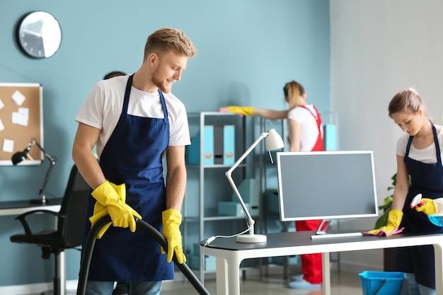 Squadra di bidelli che puliscono l'ufficio