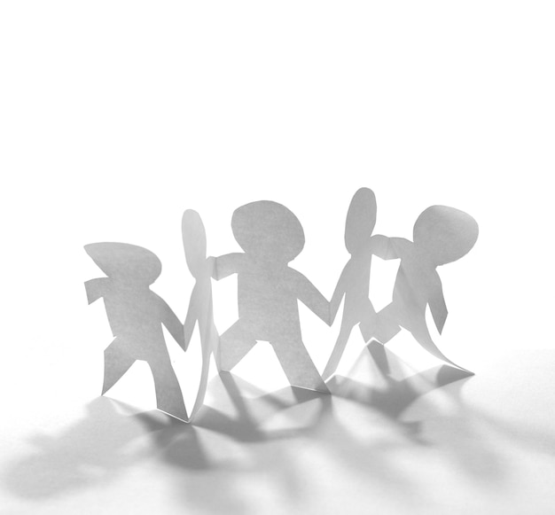 Team di persone a catena di carta che si tengono per mano concetto di lavoro di squadra