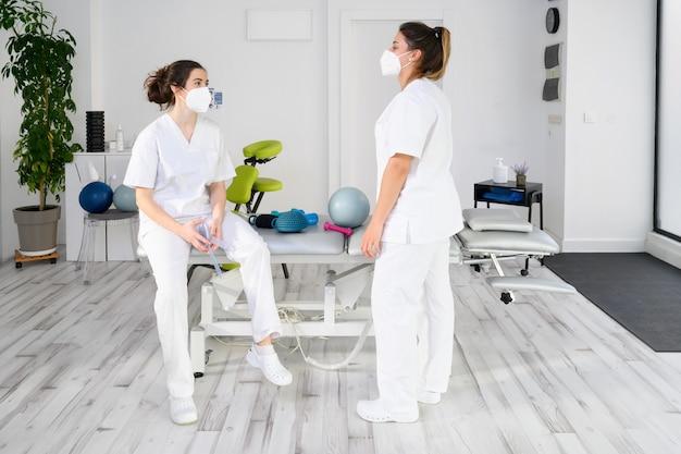 Team di fisioterapisti che praticano esercizi per aiutare i pazienti
