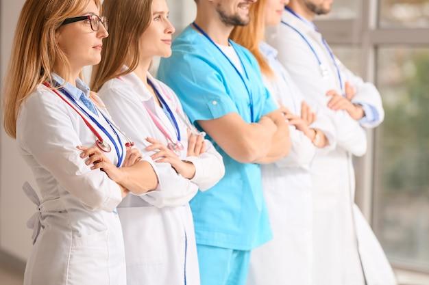 Team di medici professionisti in clinica