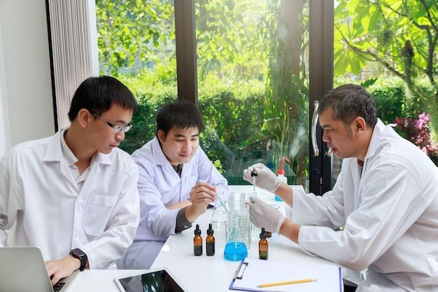 Team di ricercatori o scienziati che lavorano in laboratorio.