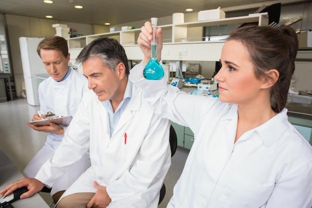Squadra di scienziati che lavorano insieme