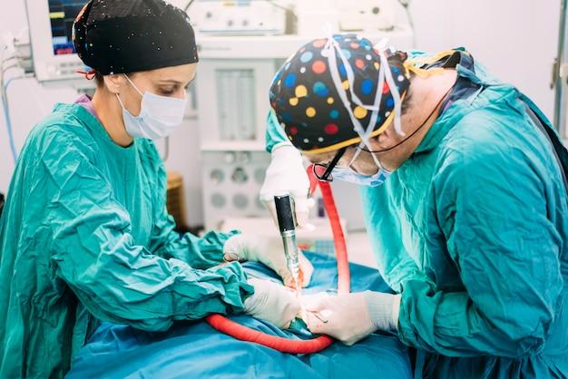 Team di chirurghi operanti in ospedale. concetto di chirurgia.