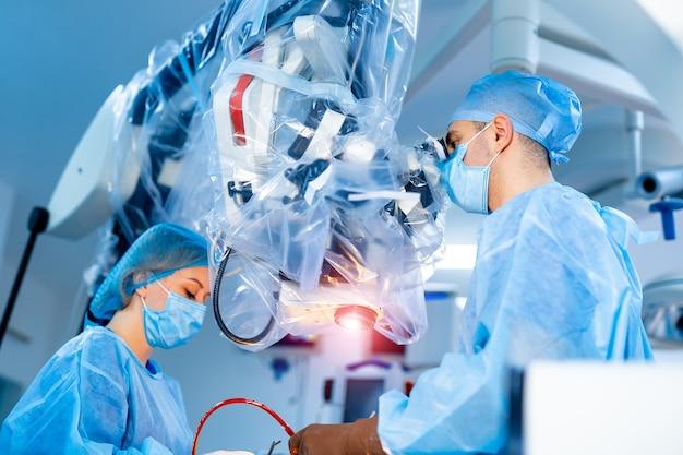 Team di chirurghi che operano in ospedale.