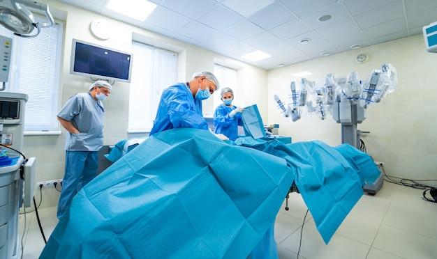 Team di chirurghi che eseguono operazioni nella luminosa sala operatoria moderna.
