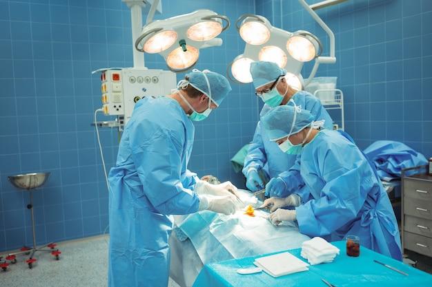 Team di chirurghi che svolgono operazioni in sala operatoria