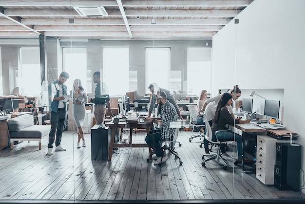 Squadra al lavoro. riunione del team aziendale in ufficio