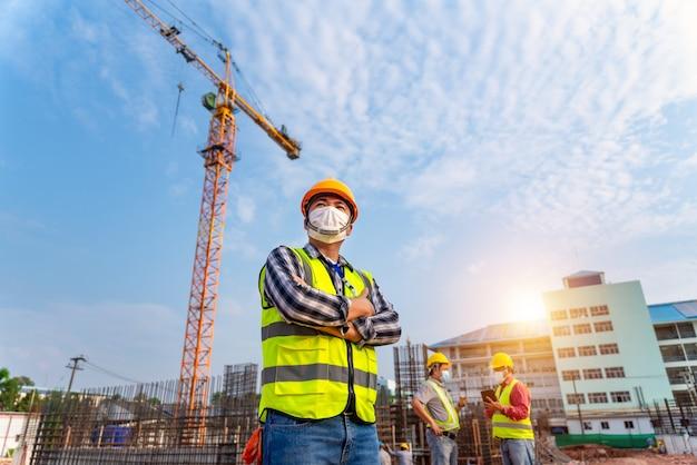 Lavoro di squadra di ingegneri edili e architetti che supervisionano i progressi in cantiere.