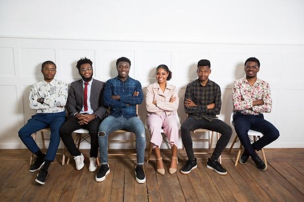 Squadra di giovani africani al chiuso