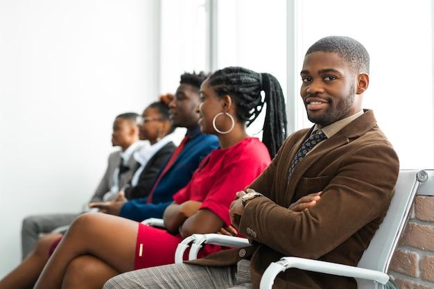 Squadra di giovani africani in ufficio
