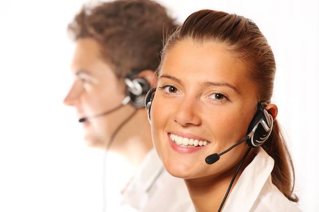 Un team di giovani lavoratori del call center, bella donna in primo piano