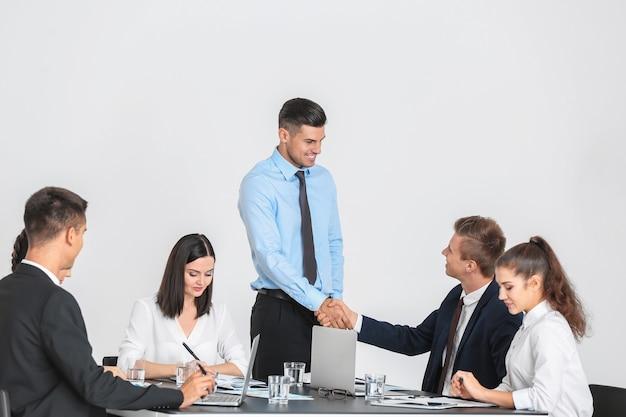 Team di giovani esperti di consulenza sulla riunione di lavoro in ufficio