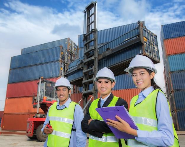 Team di giovani imprenditori logistici
