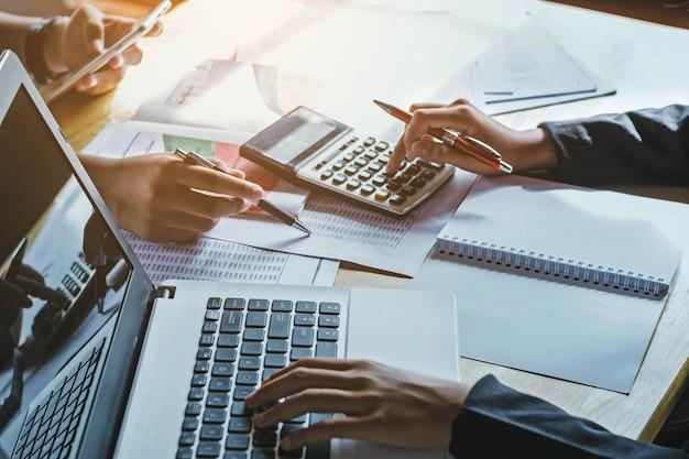 Concetto di contabilità della donna di affari di lavoro di squadra finanziario in ufficio