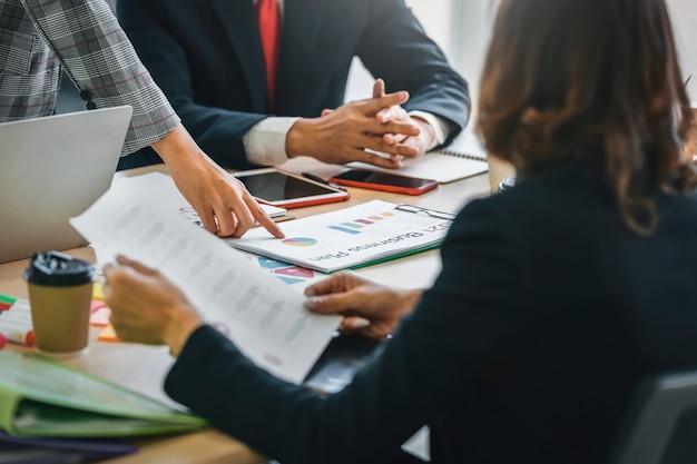 Concetto di contabilità della donna di affari di lavoro di squadra finanziaria in ufficio