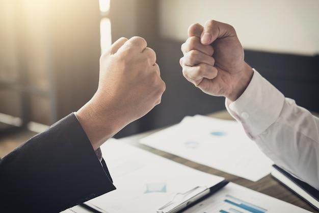 Il lavoro di squadra della partnership uomo d'affari dando pugno urto per salutare start up business