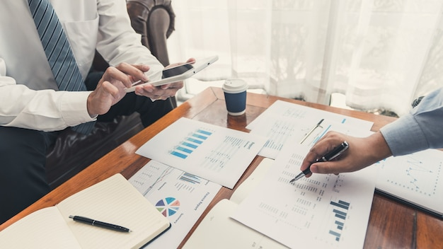Concetto di riunione della società di lavoro di squadra, partner commerciali che lavorano con il computer portatile